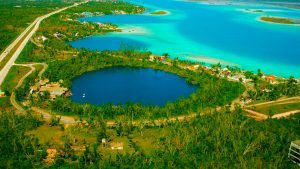 Cenote azul en la laguna de Bacalar Quintana Roo